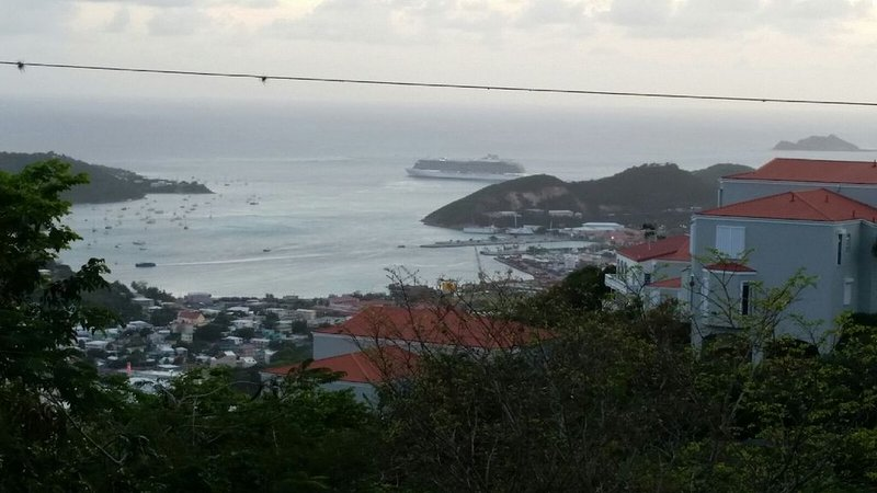 The Cottage at Villa Indigo 2BR/1.5BA in Exclusive Private Gated Community, Ferienwohnung in Charlotte Amalie