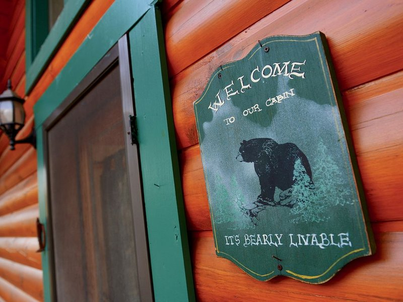 Cozy Bear Cabin in the Woods with Large Deck, Nestled in a Quiet Neighborhood, vacation rental in Pine