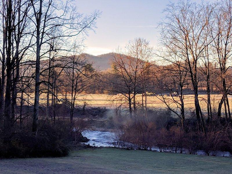 Un beau ruisseau sur le terrain avec vue sur la montagne au-delà.