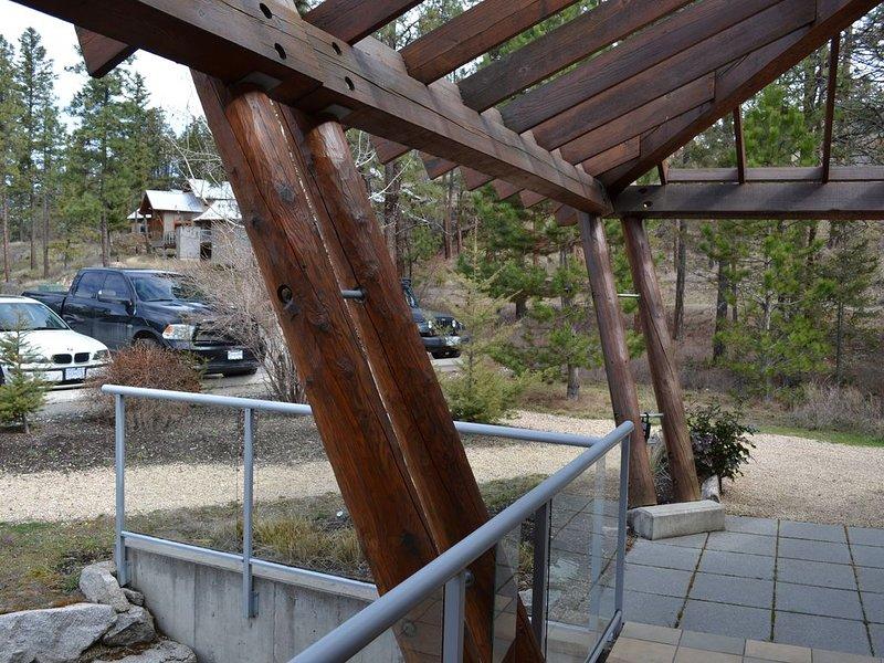 Vue de la porte d'entrée à l'aire de stationnement