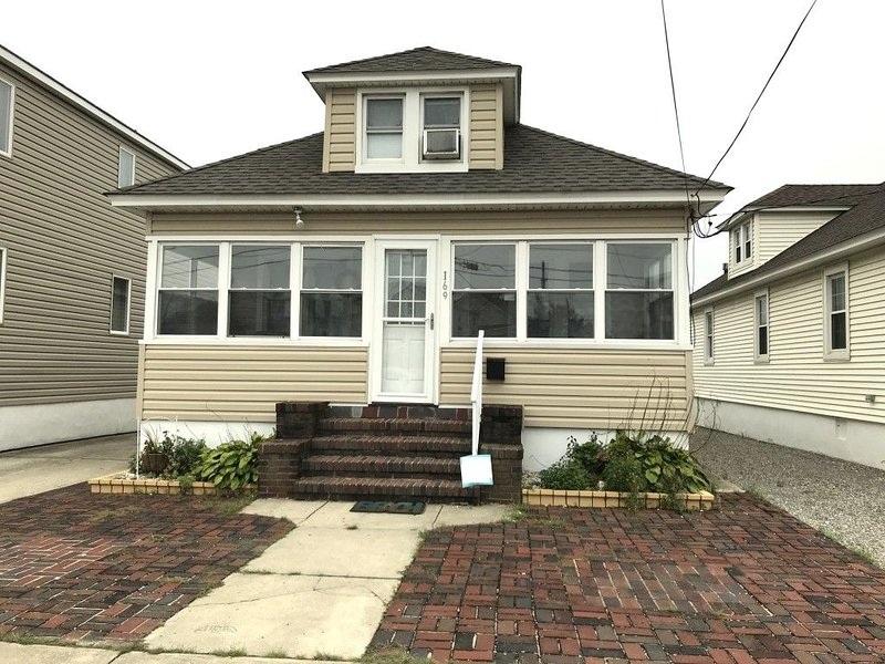Relax in this newly renovated home just across the street from the boardwalk., holiday rental in Sea Girt