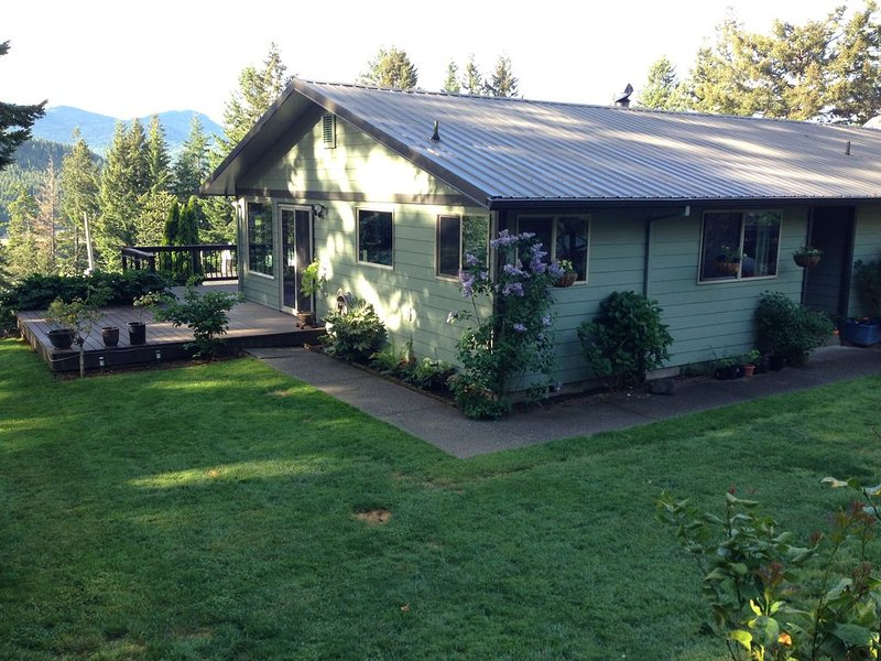 Rogue River Delight - 3 bd/2 ba River View Home, aluguéis de temporada em Gold Beach