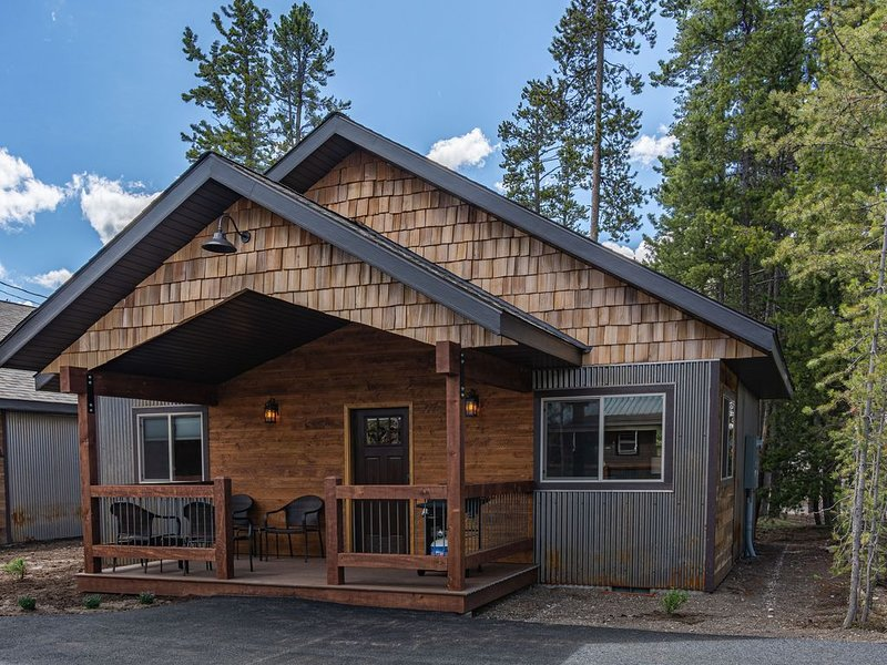 Burnt Hole-Sleeps 4, In Town, 5 blocks from Yellowstone, Discounted Rates Shown, aluguéis de temporada em West Yellowstone