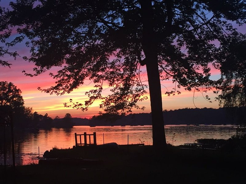 Sunset Bay - Lakefront Home on Patterson Lake with Sandy Beach Area & Boat Dock, holiday rental in Lakeland
