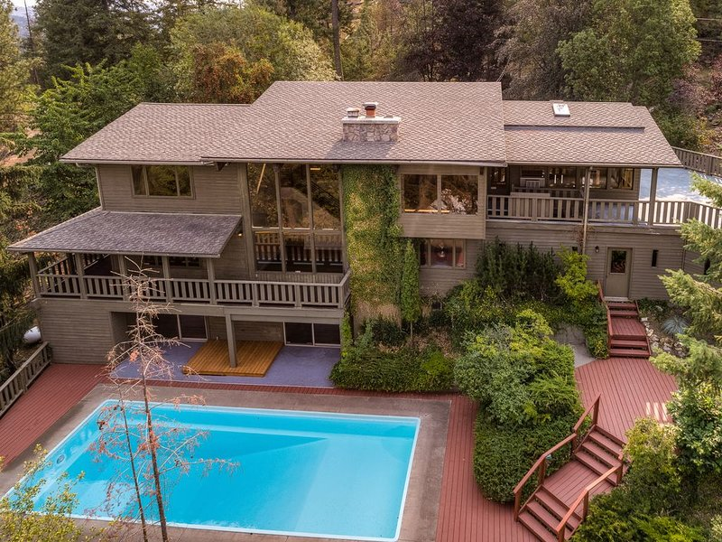 CDA Lake View Pool Home on Tubbs Hill, Walk to Downtown CDA, holiday rental in Coeur d'Alene
