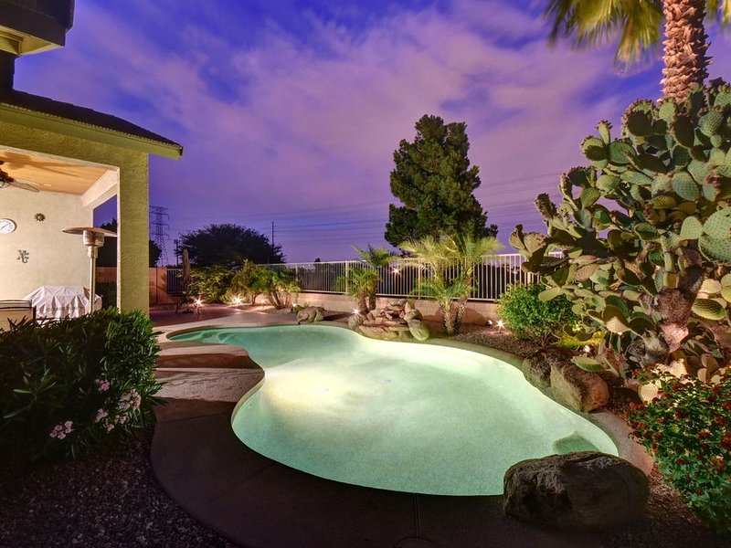 **NEW ON VRBO! Relax in sunny AZ on the golf course and private pool, alquiler vacacional en Avondale