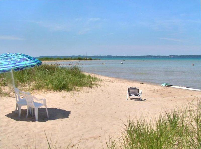 Beautiful Beach House on East Grand Traverse Bay!, location de vacances à Kewadin