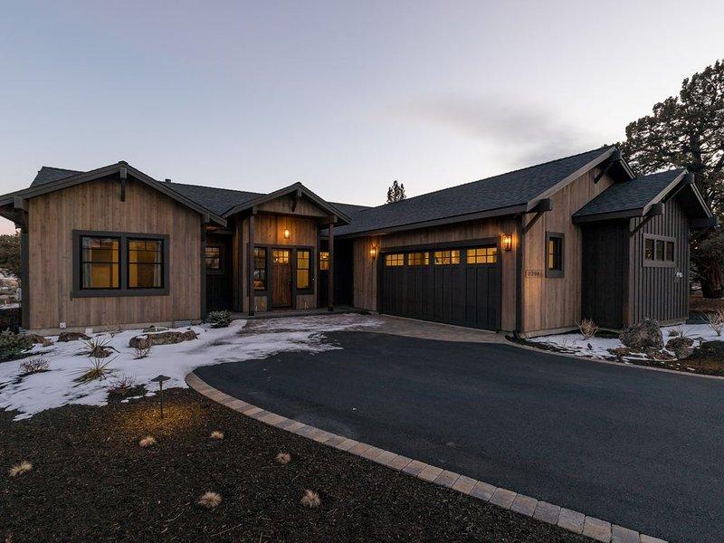 Brand New Custom Luxury Home * Pronghorn in Bend! 3 Suites; Sleeps 8 Adults, casa vacanza a Alfalfa