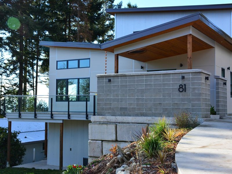 Waterfront Mid Century Modern, Brand New 4300 sq. ft. Getaway. Perfect Location, vakantiewoning in Roberts Creek