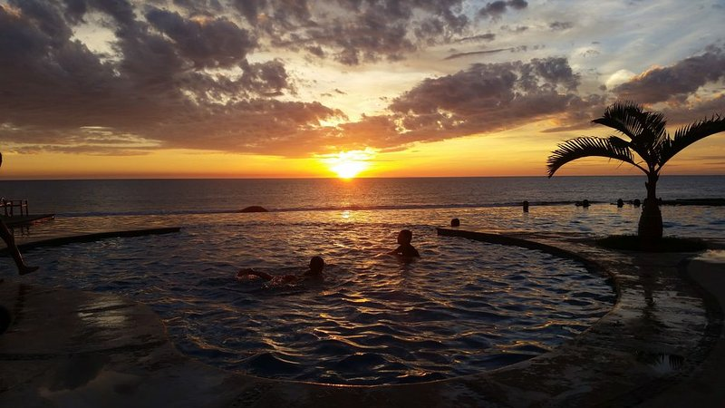 Beautiful Luxurious Condo For 5 By The Sea, alquiler de vacaciones en Mazatlán