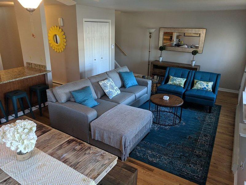 Vista de la acogedora y acogedora sala de estar desde el comedor