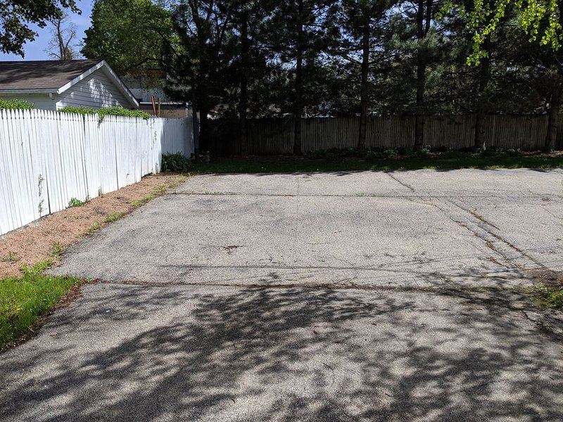 Área de estacionamiento fuera de la calle detrás de la casa: espacio para 4 autos