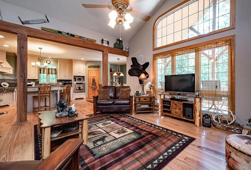 Beautiful Ozarks Escape minutes from the Lake and Silver Dollar City, alquiler de vacaciones en Reeds Spring