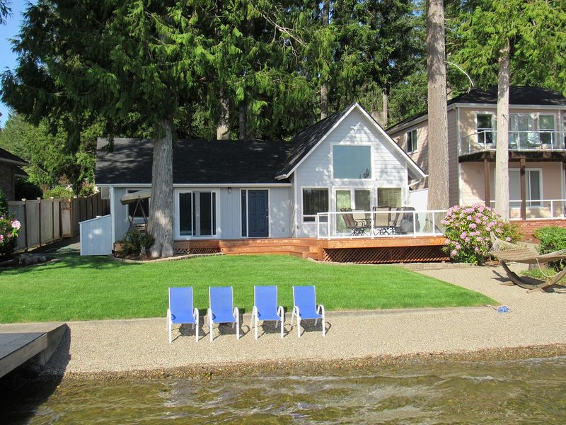 Beachfront cottage on picturesque Mason Lake, location de vacances à Allyn