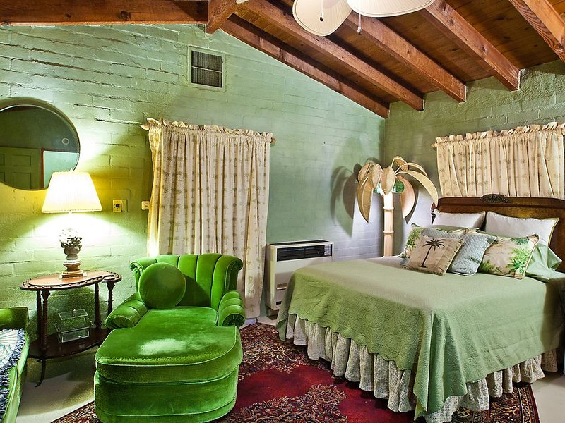 Great studio apt with beautiful Palm tree motif, vacation rental in Joshua Tree National Park