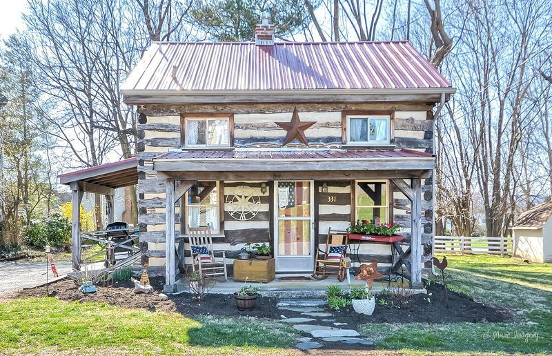 Vintage cabin in the ❤️ of Middletown , MD.  Pet friendly and prime location., holiday rental in Frederick