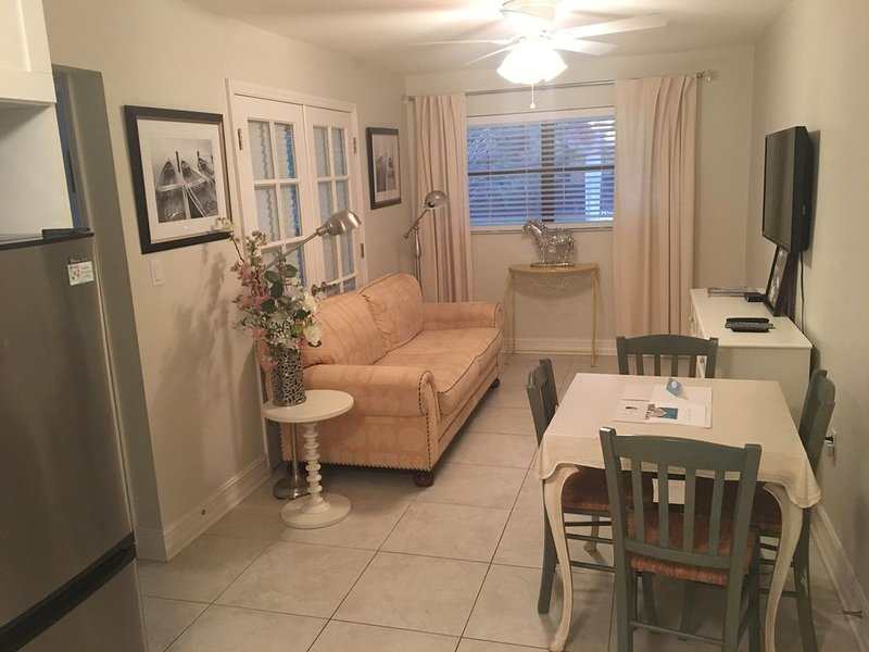 Two Bedroom by the Pool in Bayshore Arts District, holiday rental in Keewaydin Island