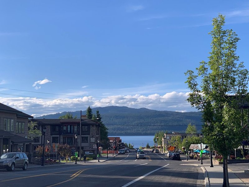 Lake view 3 bdrm condo newly remodeled downtown McCall new furniture!, holiday rental in McCall