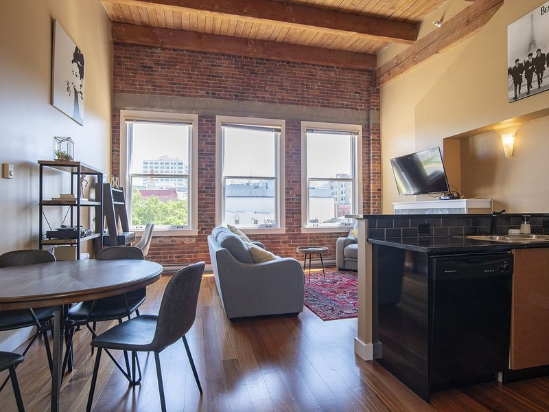 The Penthouse at The Vogue - loft living with parking, holiday rental in Saanich