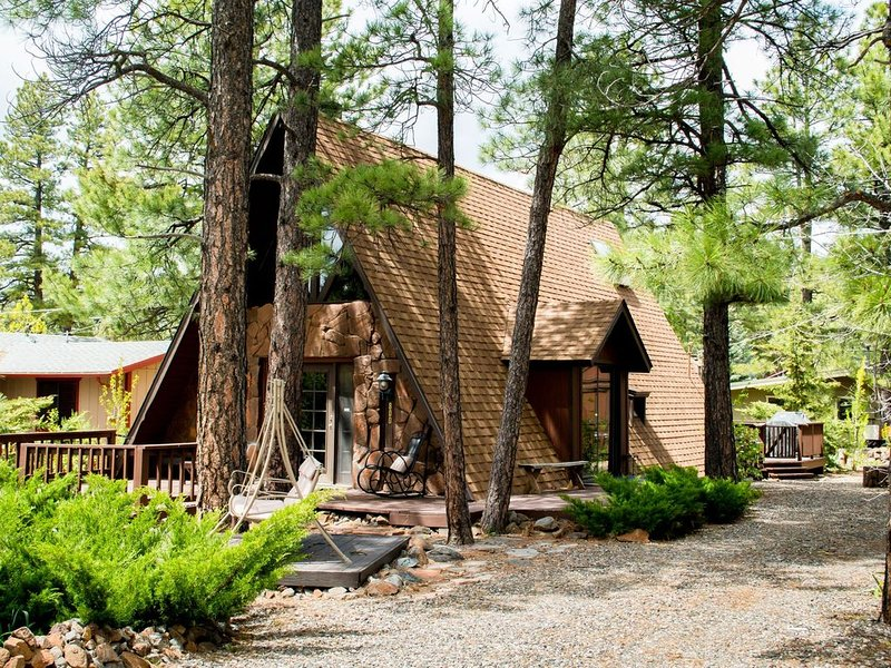 Charming A-Frame Cozy Cottage in Munds Park Arizona, surrounded by tall pines!!!, holiday rental in Munds Park