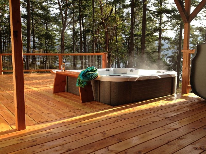 Charming & Private Waterfront Cabin with PRIVATE Dock, Beach & Hot Tub, vacation rental in Eastsound