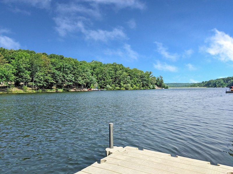 Lakefront Getaway. Fully Updated 3 Bedroom On Lake Brittany; Awesome Views!, holiday rental in Bella Vista