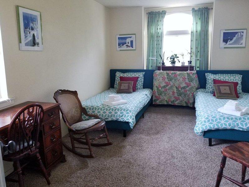 Ocean-View 2 Bedroom Home Sleeps 6 Steps From Beach & Train Station, Pets OK, location de vacances à Grover Beach