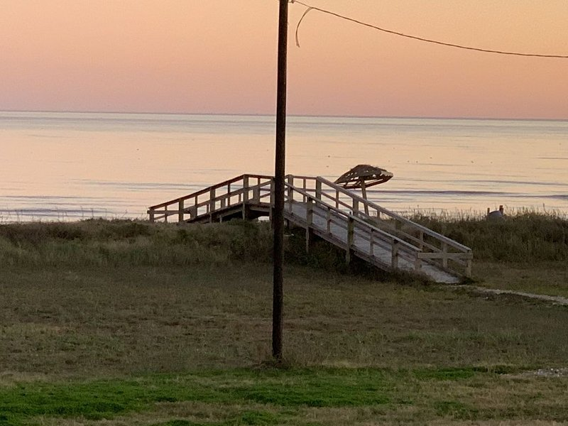 Our Open Beach is Just Steps Away!, alquiler vacacional en Surfside Beach