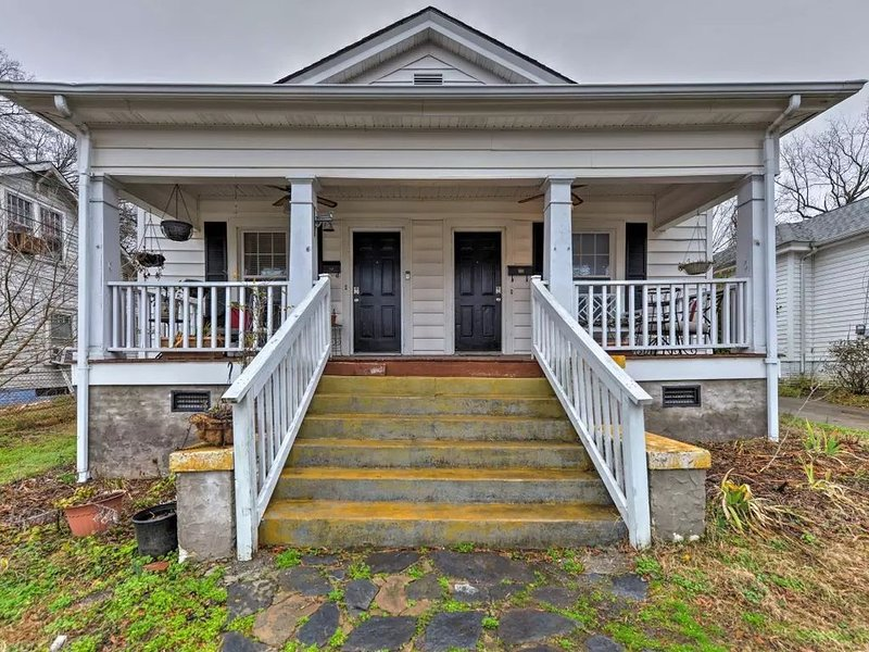 Spacious Pet Friendly Home Close to Town, Dpac, Duke, UNC, holiday rental in Durham