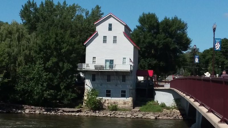 Awesome River View From Historic Mill's Balcony. Timber-frame Construction., holiday rental in Nashua