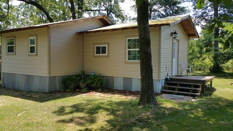 Little lake house/ Fish cabin get away, location de vacances à Larue