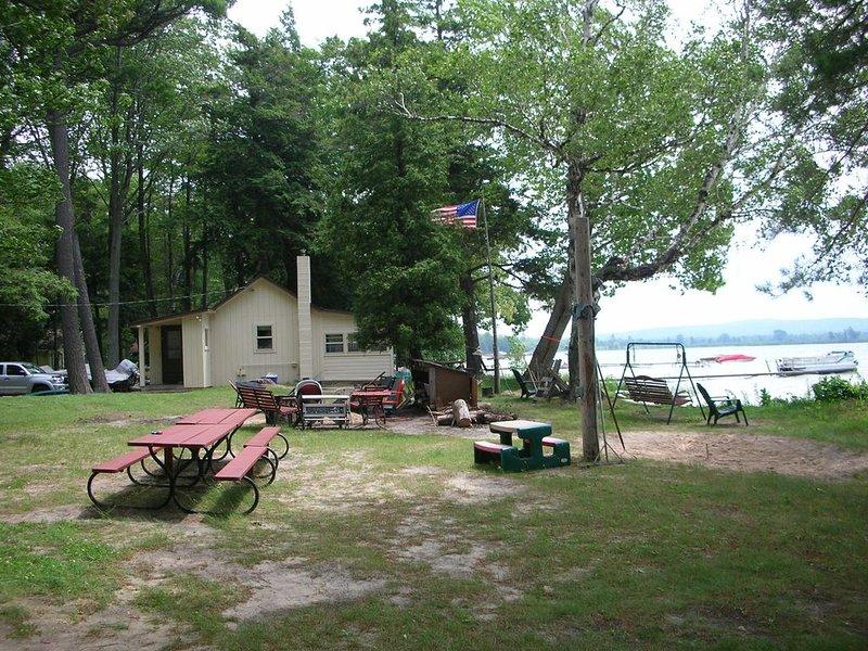 Vista al lago Big Platte - cabaña 1 en el fondo.