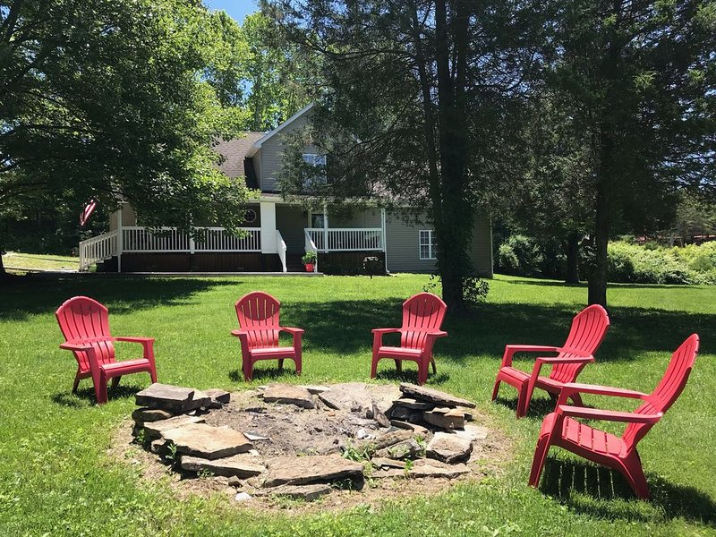 *NEWLY RENOVATED!* Overlooking the river, less than 5 minutes from Cave Run, holiday rental in Frenchburg