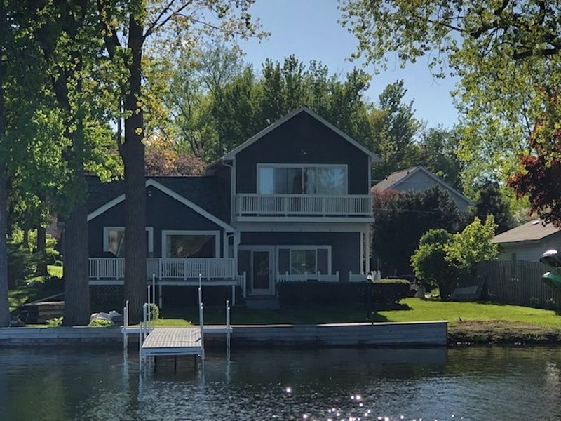 Lakefront Fun and Fully Updated Home, holiday rental in Milford