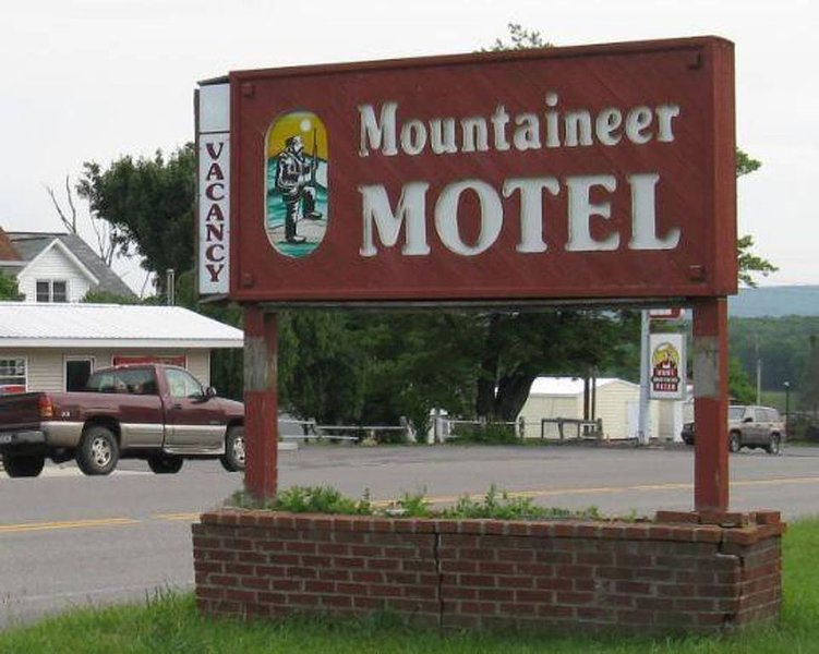 Mountaineer Motel - Standard Room, holiday rental in Mount Storm
