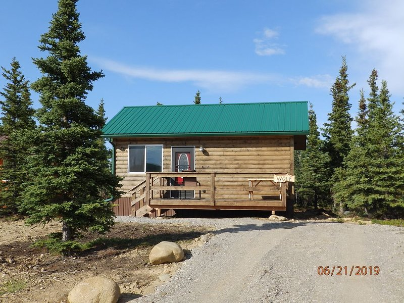 S/R $189 Denali Wildlife Wolf Cabin  Luxury with a touch of Rustic.., vacation rental in McKinley Village
