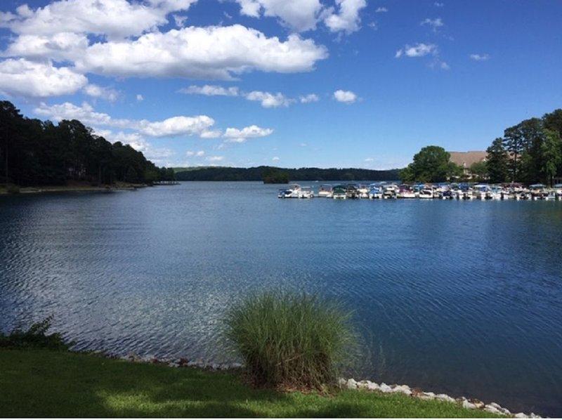 Spacious 2BR/2.5 BA condo, steps to the lake, DOG FRIENDLY!, location de vacances à Salem