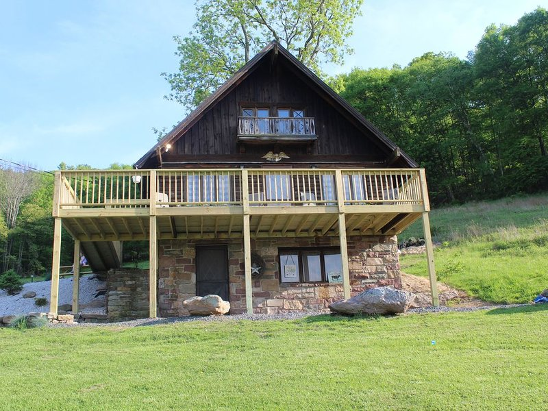 Rustic, Tranquil,  Cozy Chalet on 130 acres of farmland, holiday rental in Benton