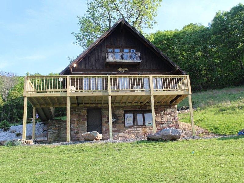Rustic, Tranquil,  Cozy Chalet on 130 acres of farmland, location de vacances à Drums