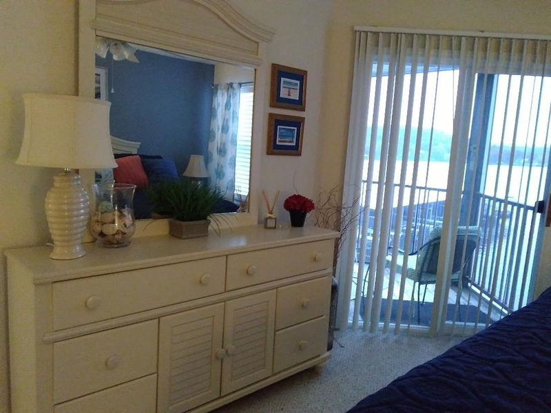 Relax on your screened in balcony overlooking the Lake. Two Golf Courses nearby., vacation rental in Camdenton