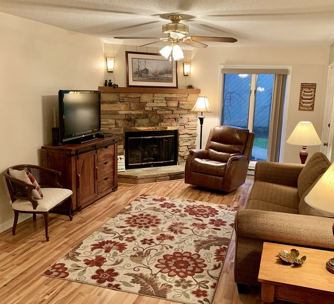 Ground Floor Condo, Close to area ski resorts! Walk to Main St,, alquiler de vacaciones en Blowing Rock