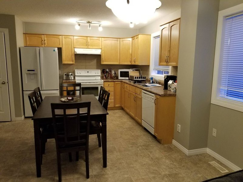 Close to Downtown. 5bedrms with 2 full kitchen and 2 laundry facilities, holiday rental in Fort Saskatchewan