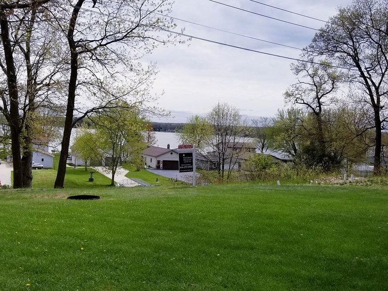 Five bedroom vacation rental that sleeps Eleven overlooking Hess Lake, holiday rental in Fremont