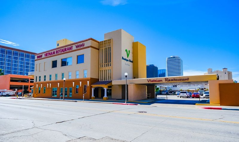 Beautiful Art Deco Suite Located Near Downtown & The Marina- Unit 5 Queen, holiday rental in Robstown