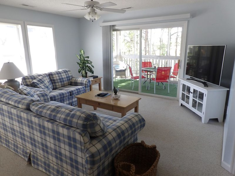 St. James Condo, 2 Bedrooms, 2 Bathrooms (Sleeps 6), holiday rental in Long Beach