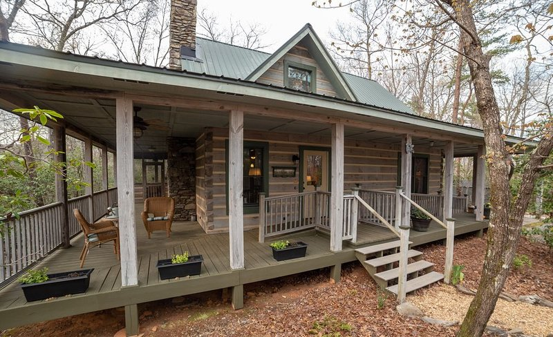 The Laurel: a unique mountain experience near waterfalls, wineries, and weddings, holiday rental in Dahlonega