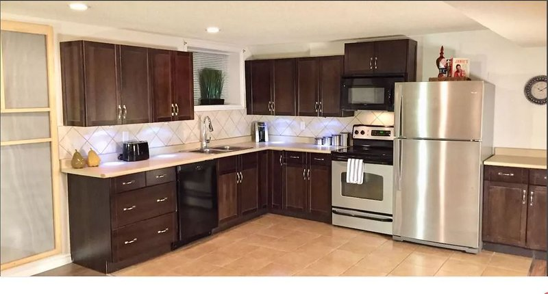 Clean and Cozy- 2BD/2 Full Baths Private Suite HUGE SqFt • Laundry • Full Kitche, holiday rental in Calgary