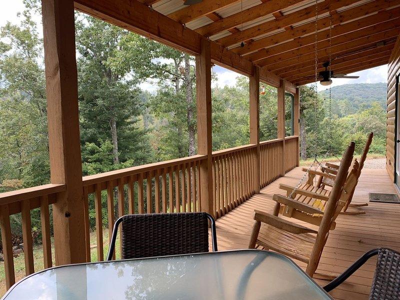Cozy Cabin with Fireplace, End of road privacy & Mountain views, aluguéis de temporada em Murphy