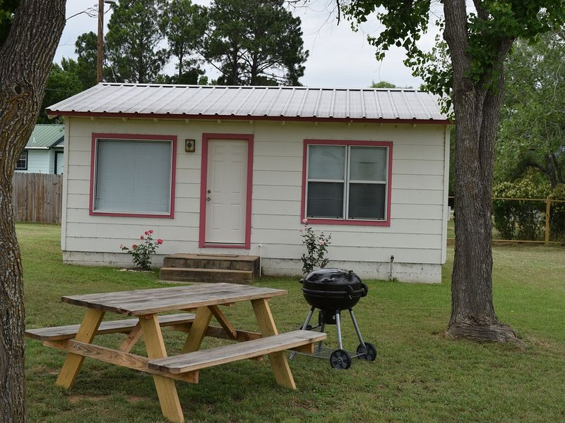 The Rose Cabin is a 1 bedroom / 1 bath on Lake Buchanan, holiday rental in Bluffton