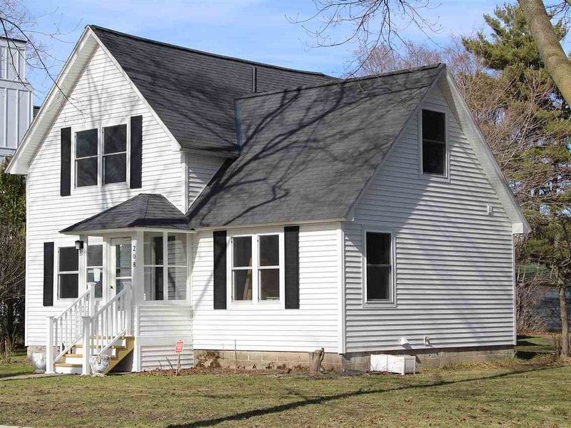 Beautiful Charlevoix Home ~ Close To Downtown ~ Recently Updated!, casa vacanza a Charlevoix
